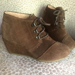 TOMS WEDGE ANKLE BOOTIE • 6 • GENTLY USED